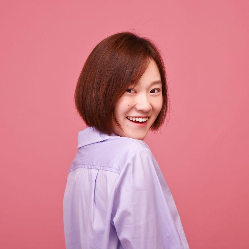 拍攝韓式半身個人風格照時,攝影師會在專業影樓燈光下,為您拍攝超過 4 個不同的角度及動作。