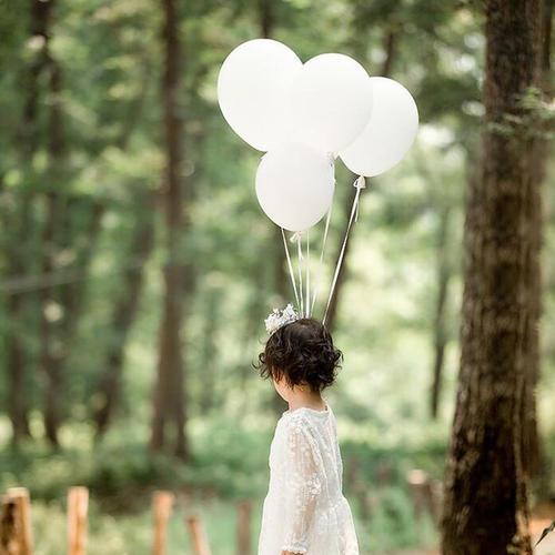 打卡氣球是拍攝戶外畢業相時的必備道具,不但令畢業相畫面更豐富,雙手也可以擺放得更自然。