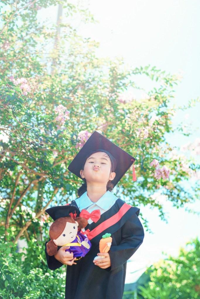 畢業公仔是拍攝戶外畢業相時的必備道具,可令畢業相的畫面更加豐富,但畢業公仔不適宜太大。
